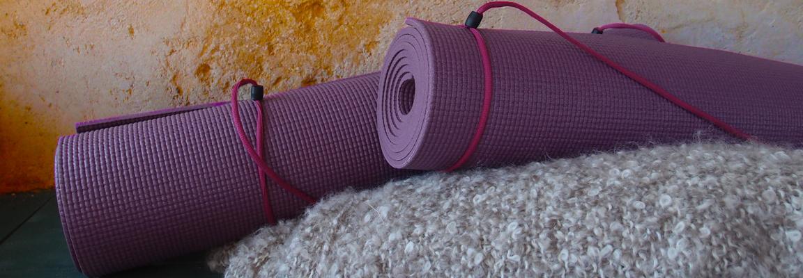 paarse yogamatten op deken